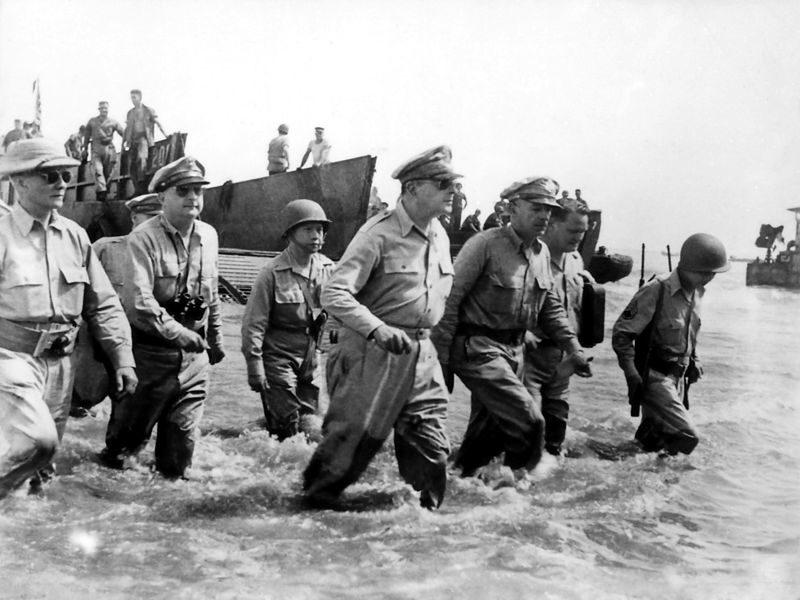 Douglas_MacArthur_lands_Leyte